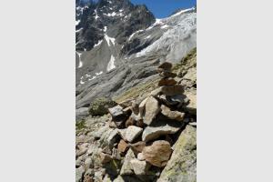 Cairn et Glacier Blanc derrière, randonnée dans les Alpes