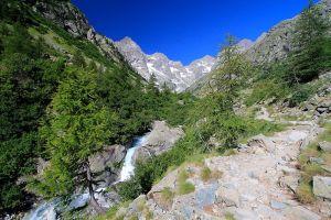 Le sentier longe la rivière