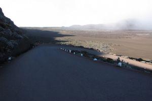 Route descendant dans la Plaine des Sables