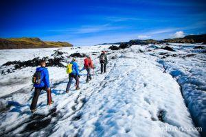 Marcher sur un glacier en Islande