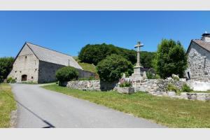 Le hameau avec la belle croix en pierre