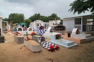Passage dans le cimetière de Port-Louis