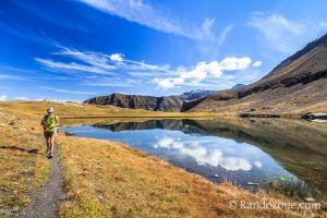 On longe le lac Faravel dans les Alpes