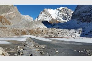 Le lac est gelé par endroits