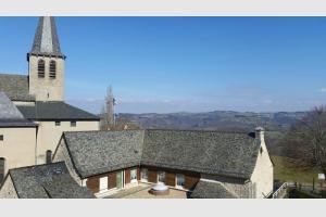 L'église de Campuac domine la vallée du Lot