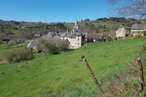 Le joli village d'Espeyrac vu depuis le GR65