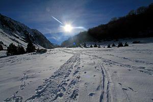 Randonnée en raquettes à neige au refuge et lac de la Glère