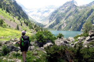 Randonneur devant le lac du Lauvitel