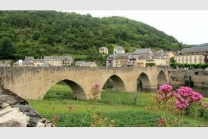 Le pont d'Estaing, sur le Lot qui coule en dessous