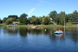 Pédalo sur le Lac de Saint Gervais en Pays Haut Rouergue