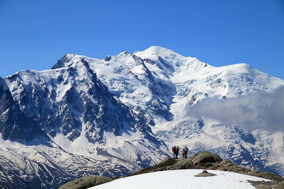 Randonneurs devant le Mont-Blanc