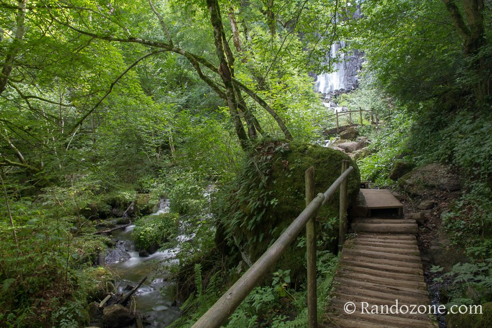 Passage aménagé avant la cascade