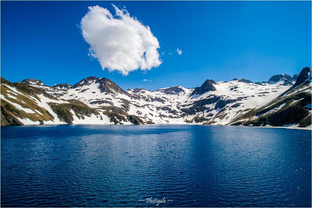 Le Lac Bleu et son nuage blanc