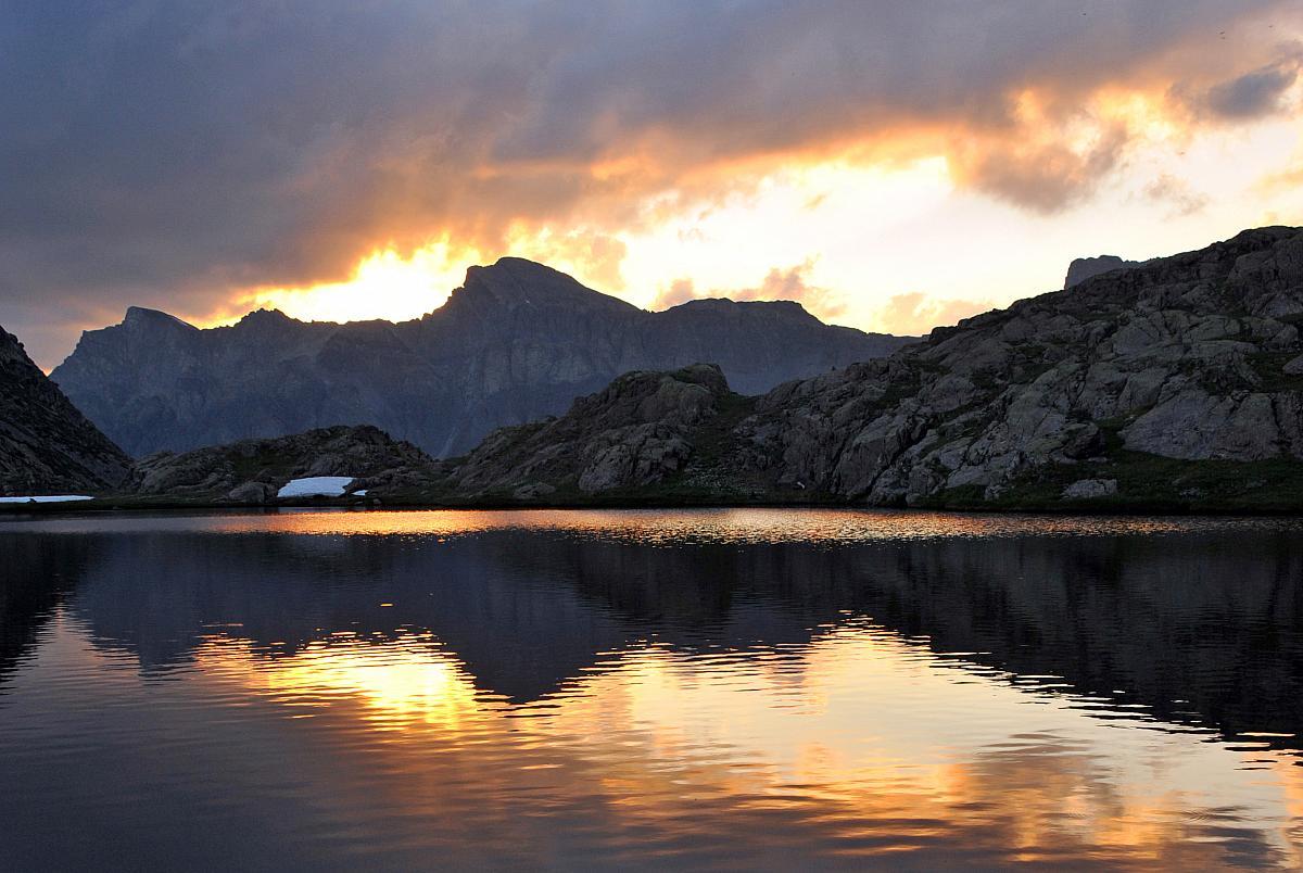 Reflets dorés dans le lac Morgon