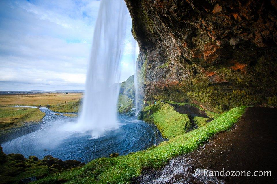 Derrière la cascade de Seljalandsfoss