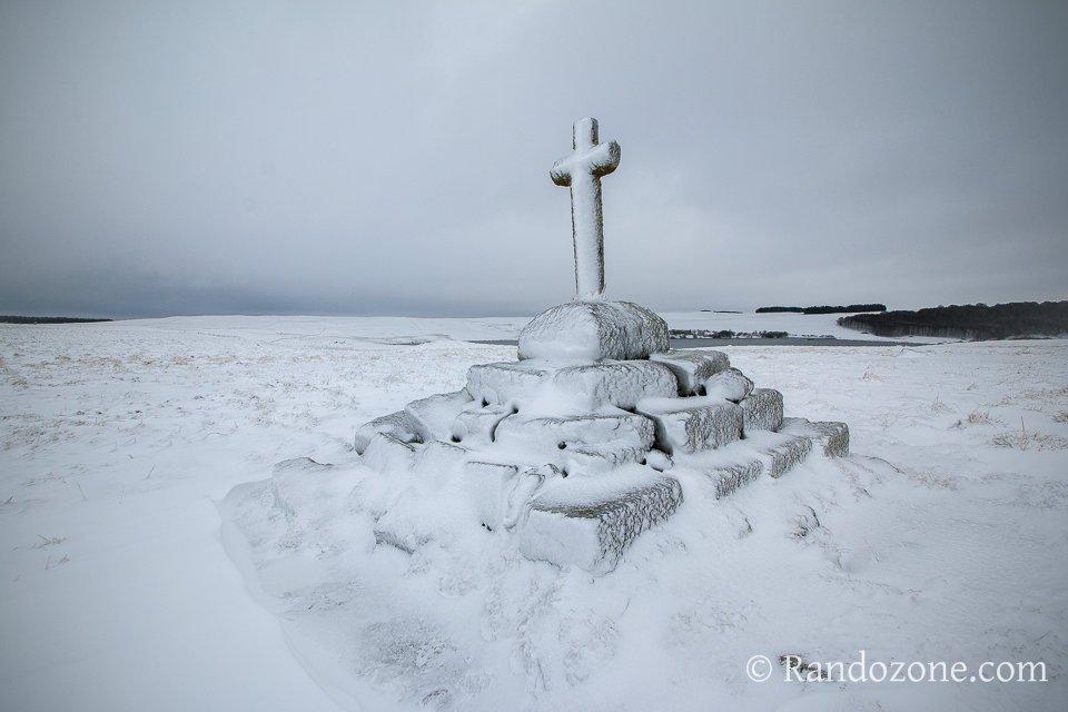 Croix sous la neige au lac des Moines
