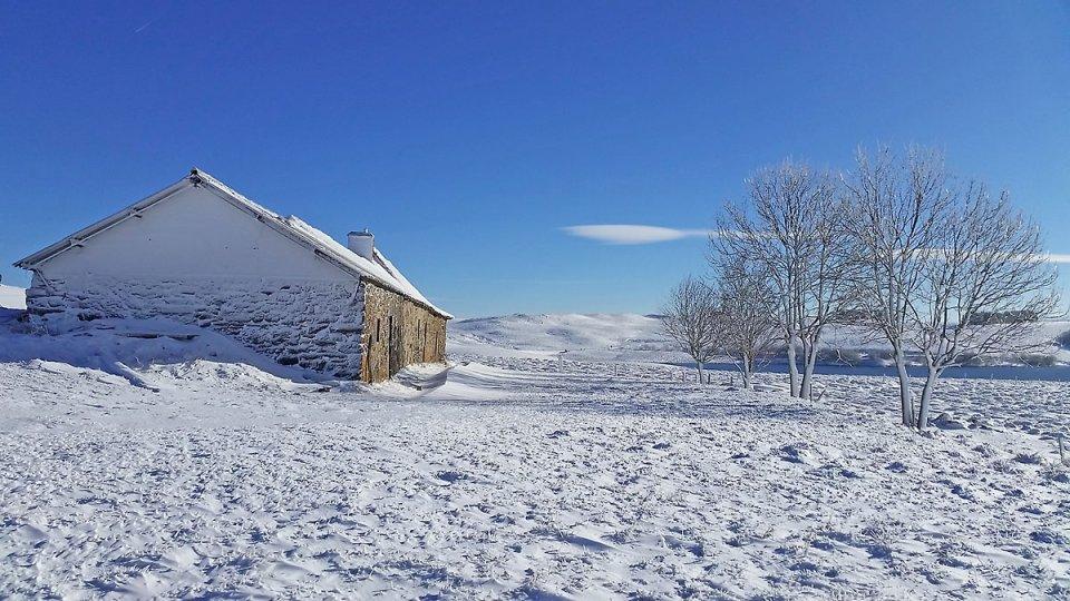 Buron enneigé face au Lac des Moines