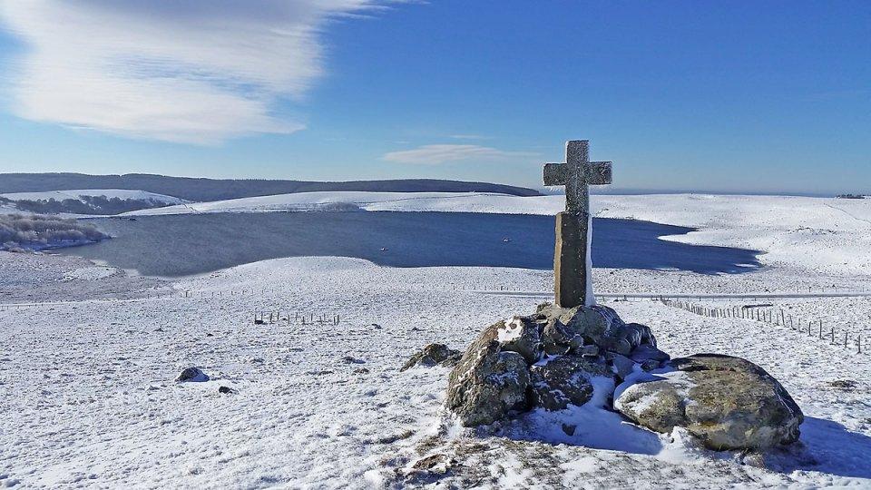 Lac et croix en pierre sur le plateau