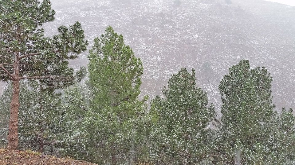 Il neige dans les montagnes