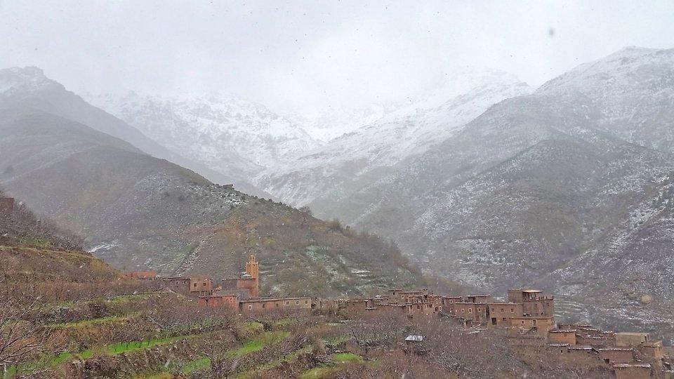 La neige tombe sur le village