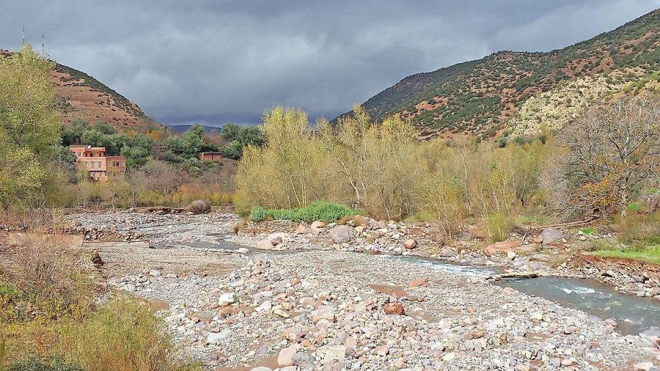 Dans la vallée coule une rivière