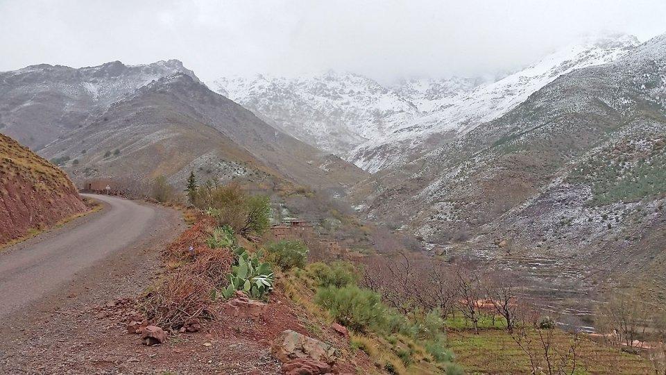Route au-dessus du village