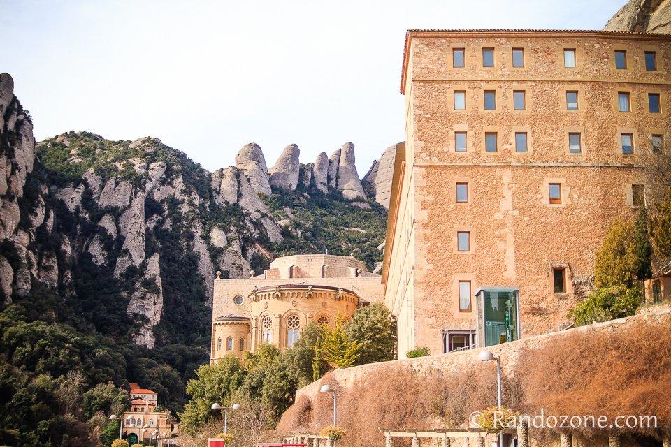 Monastère et montagnes