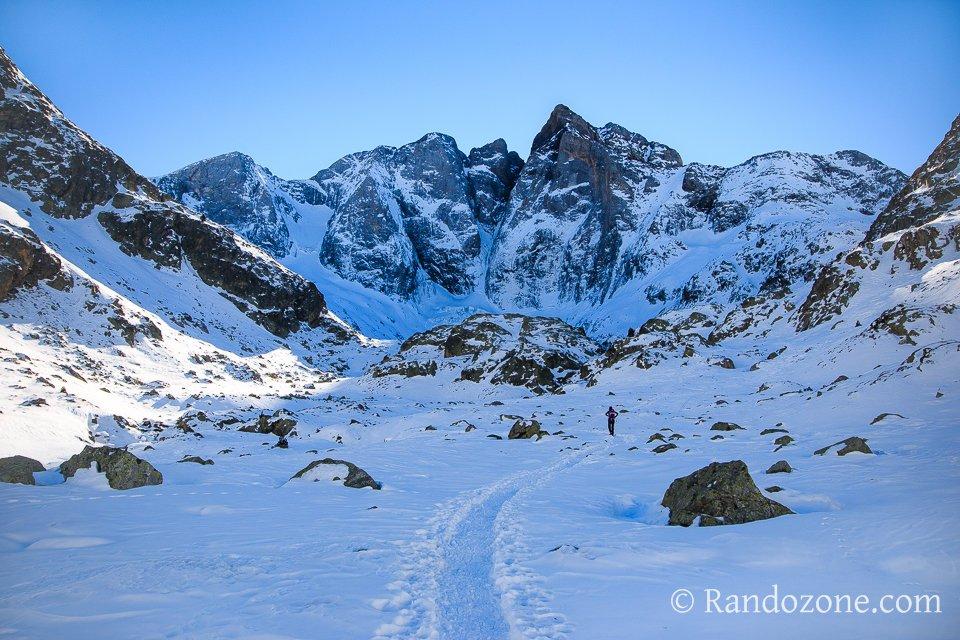Nous marchons dans la neige vers le Vignemale