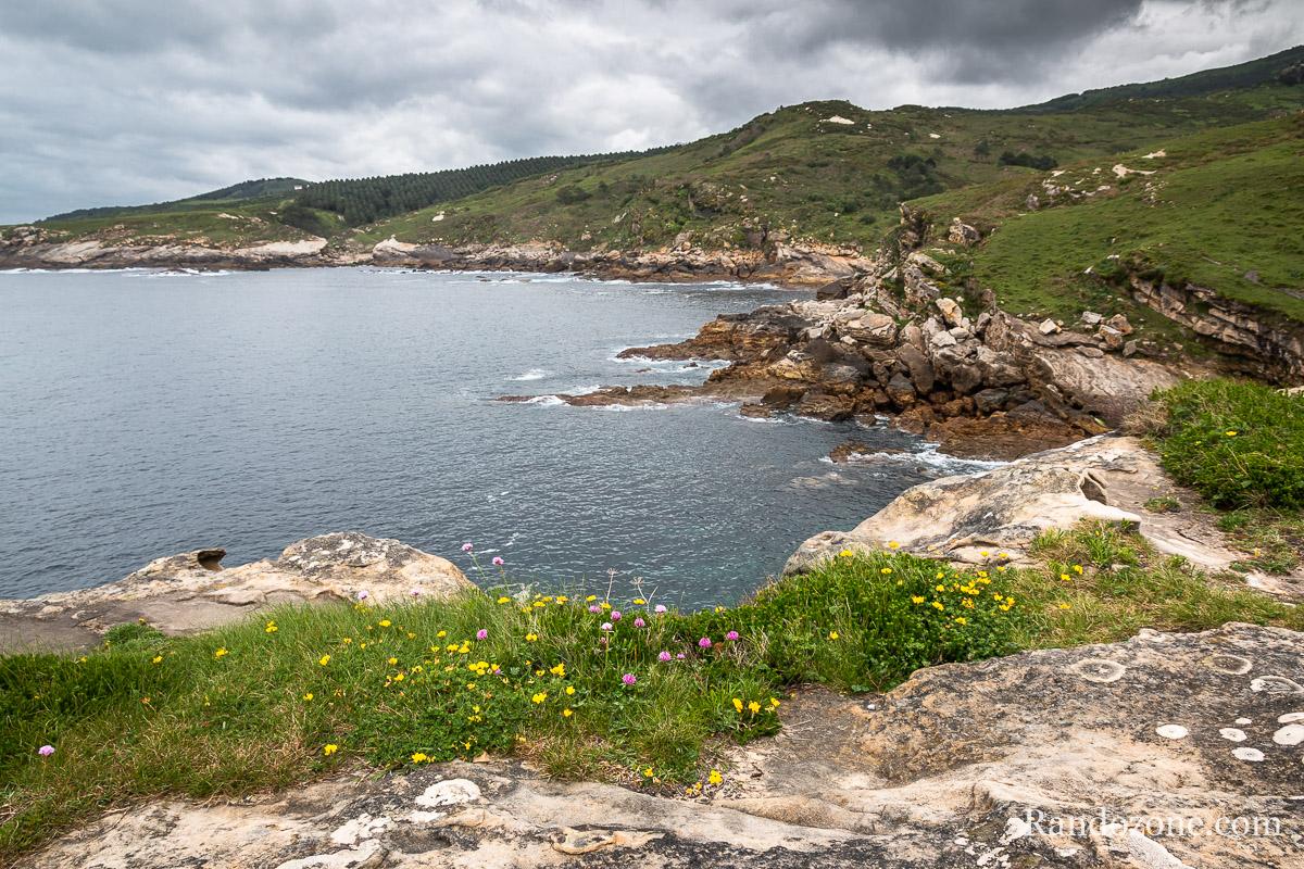 Superbe paysage du sentier du littoral côté espagnol