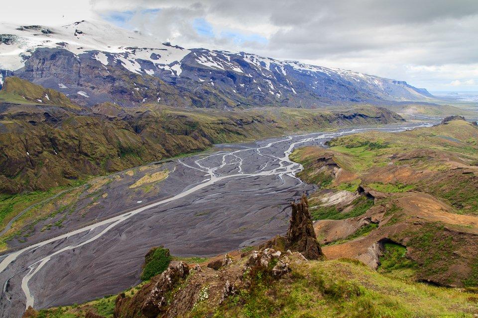 Les bras de la rivière et le glacier