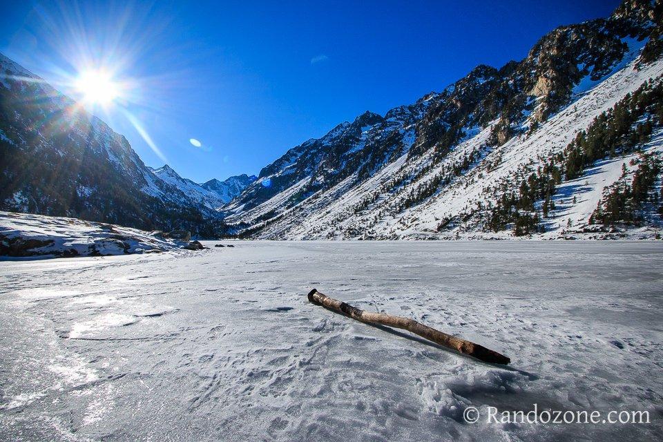 Lac de Gaube sous la neige et la glace