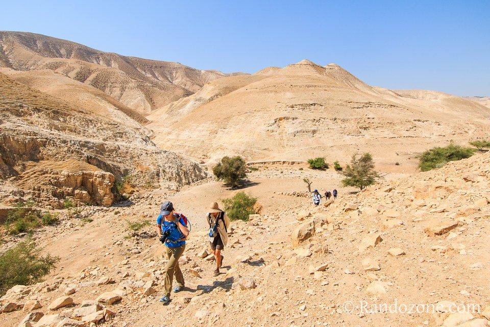Roches et sable dans le désert en Israël
