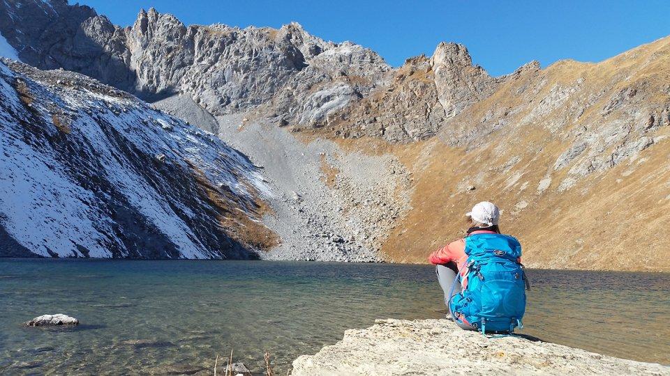 Contemplation au bord du lac Merlet supérieur