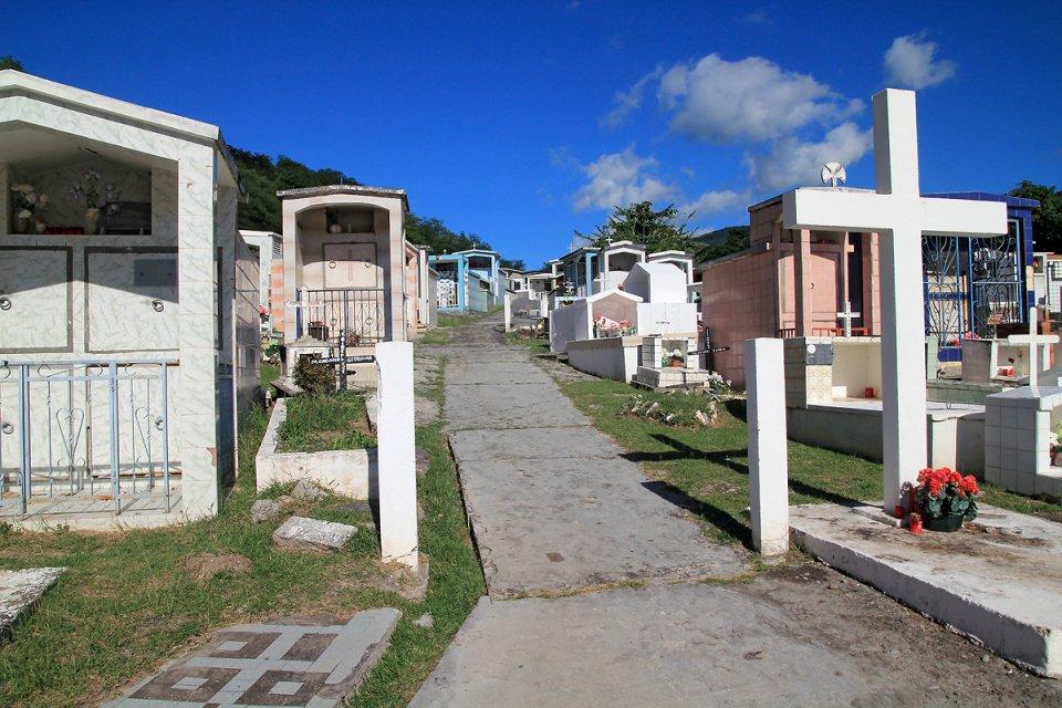 À l'intérieur du cimetière guadeloupéen