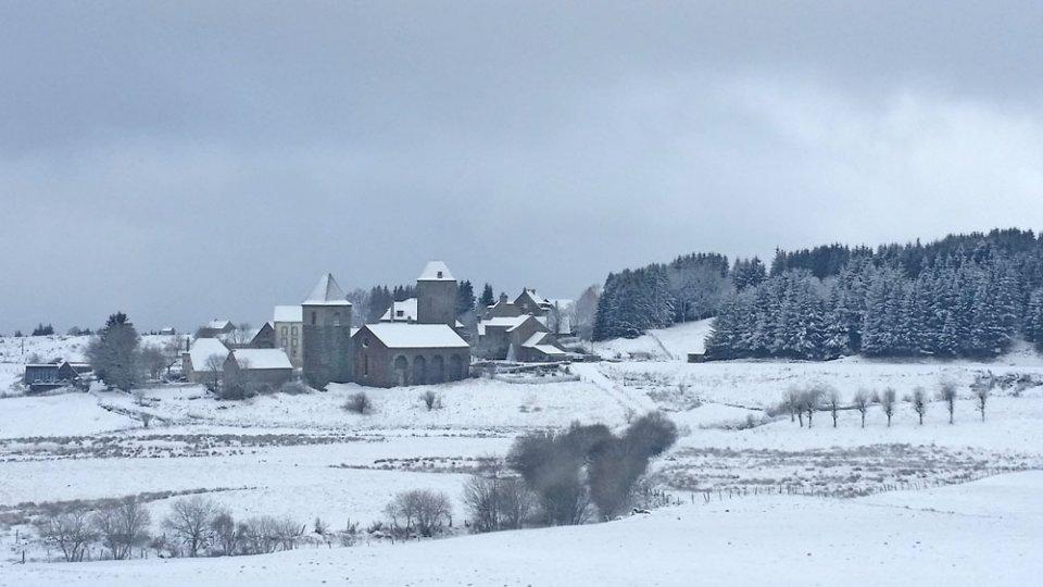 La Dômerie et le village enneigés