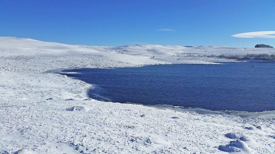 Le lac est un peu gelé sur le bord