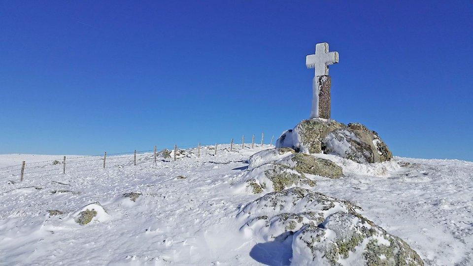 Croix en face du lac des Moines