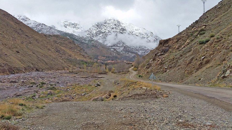 Route qui va au village de Imlil