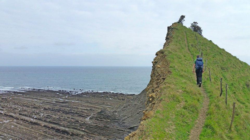 Montée à flanc de falaise sur le Flysch
