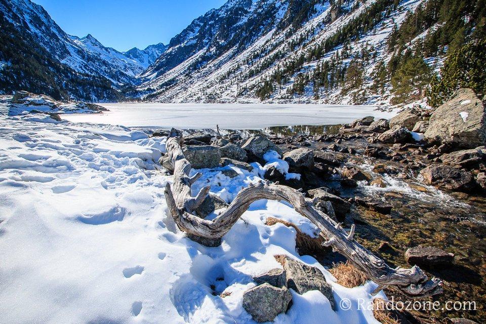 Au bord du lac de Gaube en hiver