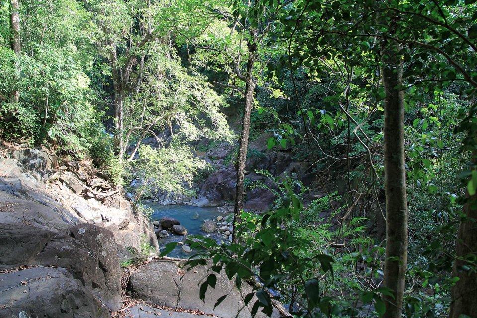 L'eau du ruisseau est couleur azur
