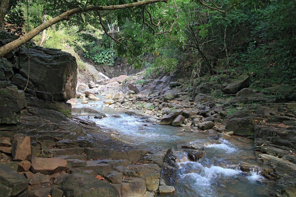 Il faut traverser le ruisseau pour atteindre l'autre rive