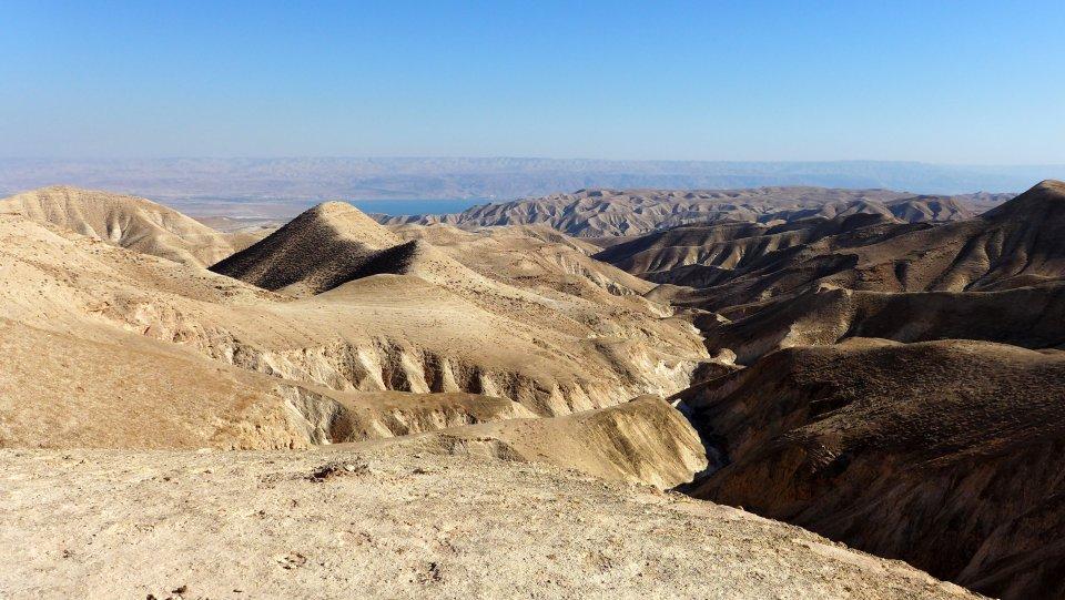Vue sur la mer morte depuis le sentier d'Abraham en Palestine