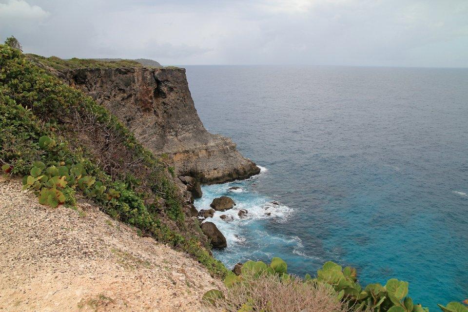 Eau turquoise au pied des falaises du nord de l'île