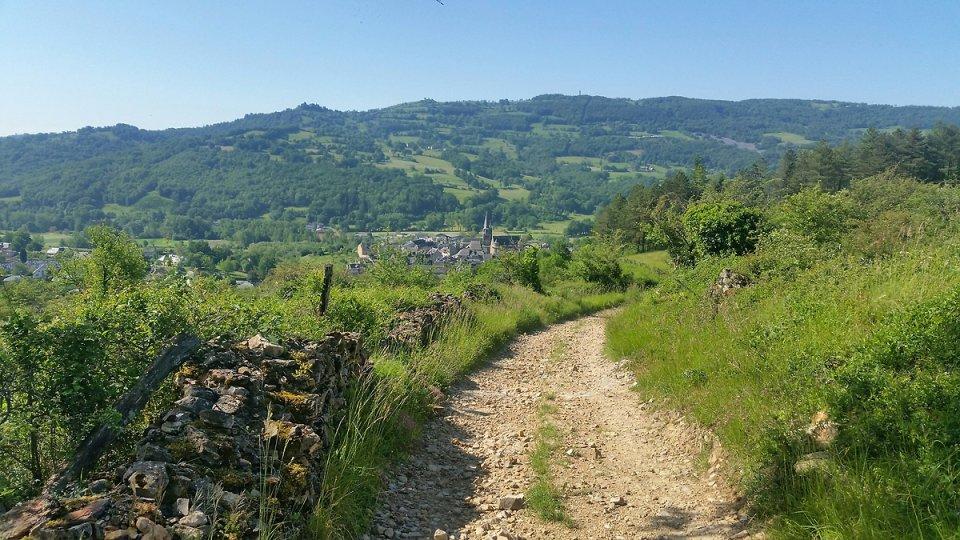Le village de St Côme d'Olt en contrebas de la piste