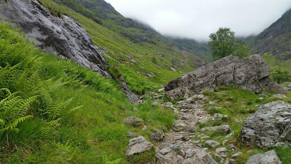 Durant la montée entre rochers et sentier