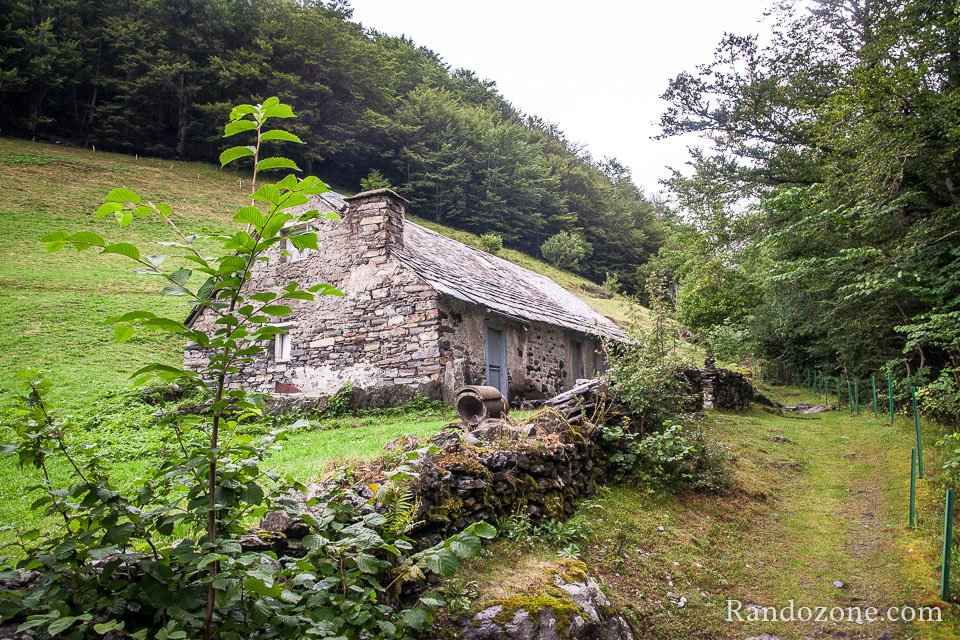 Le sentier passe près d'une grange en pierres