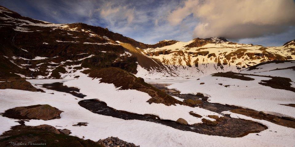 Les lacs Blanc et Noir situés derrière le refuge du Carro