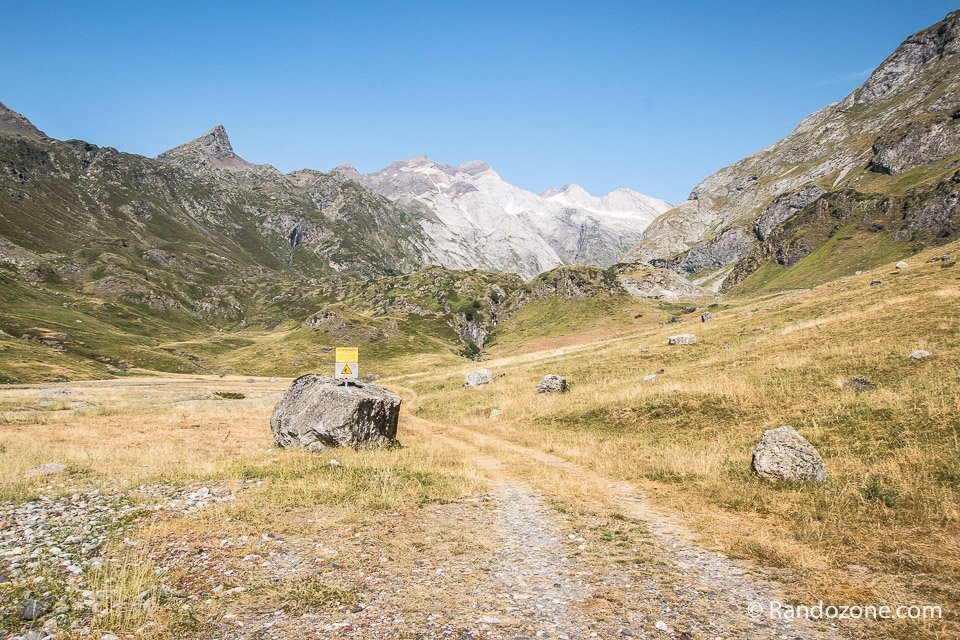 Départ de la randonnée avec en face le massif du Vignemale