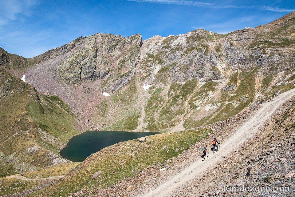 Randonneurs devant le lac d'Oncet